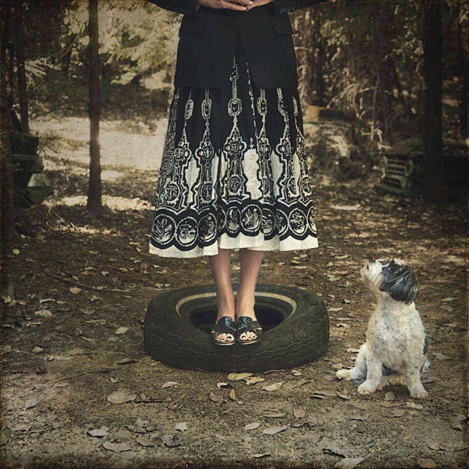 Eine Frau steht auf einem Autoreifen.