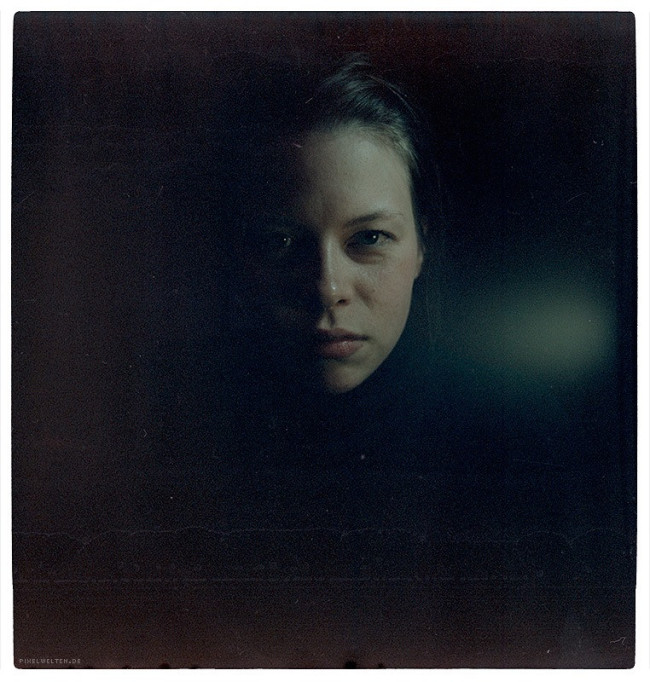 Frauenportrait im Dunkeln.
