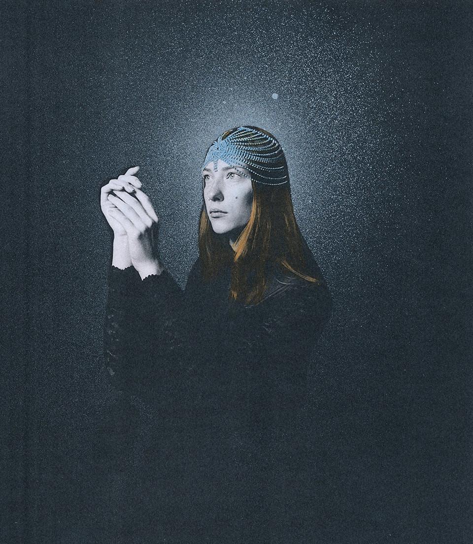 Eine Frau mit Sternenhimmel.