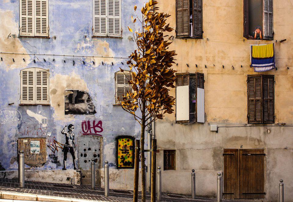Hausfassade mit Graffiti.