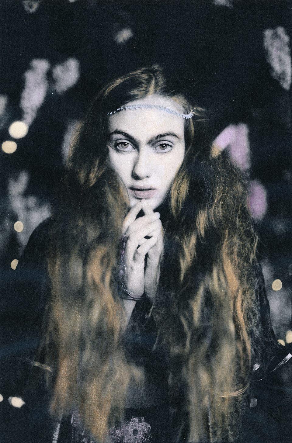 Eine Frau mit langen Haaren schaut.