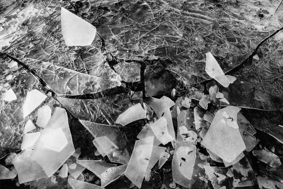 Zerbrochene Eisplatten auf einer Wasseroberfläche.