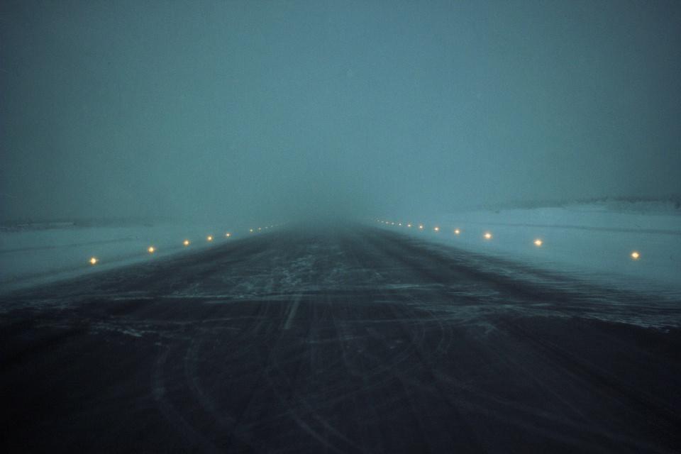 Start- und Landebahn in blauem Nebel.