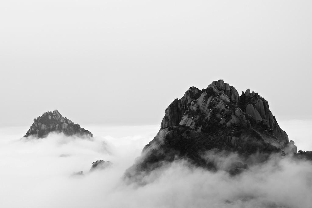 Zwei Bergspitzen über den Wolken