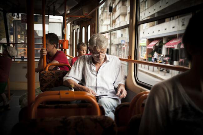 Ein Mann liest in der Bahn