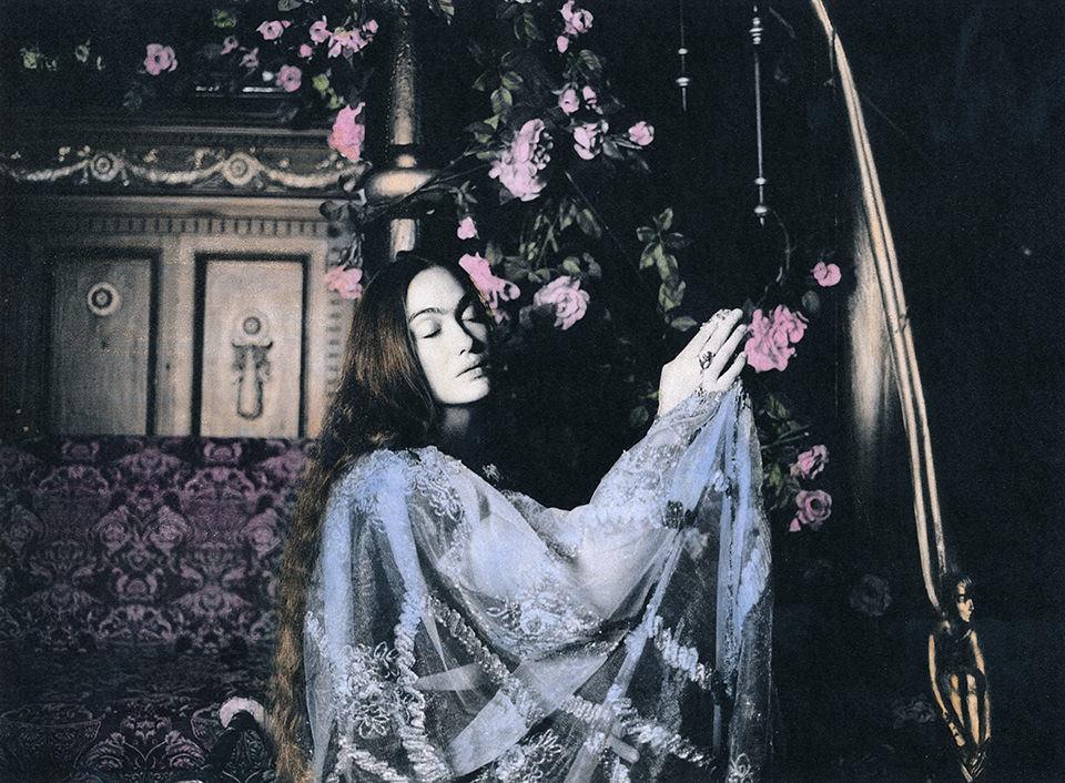 Eine Frau betet die Rosen an.