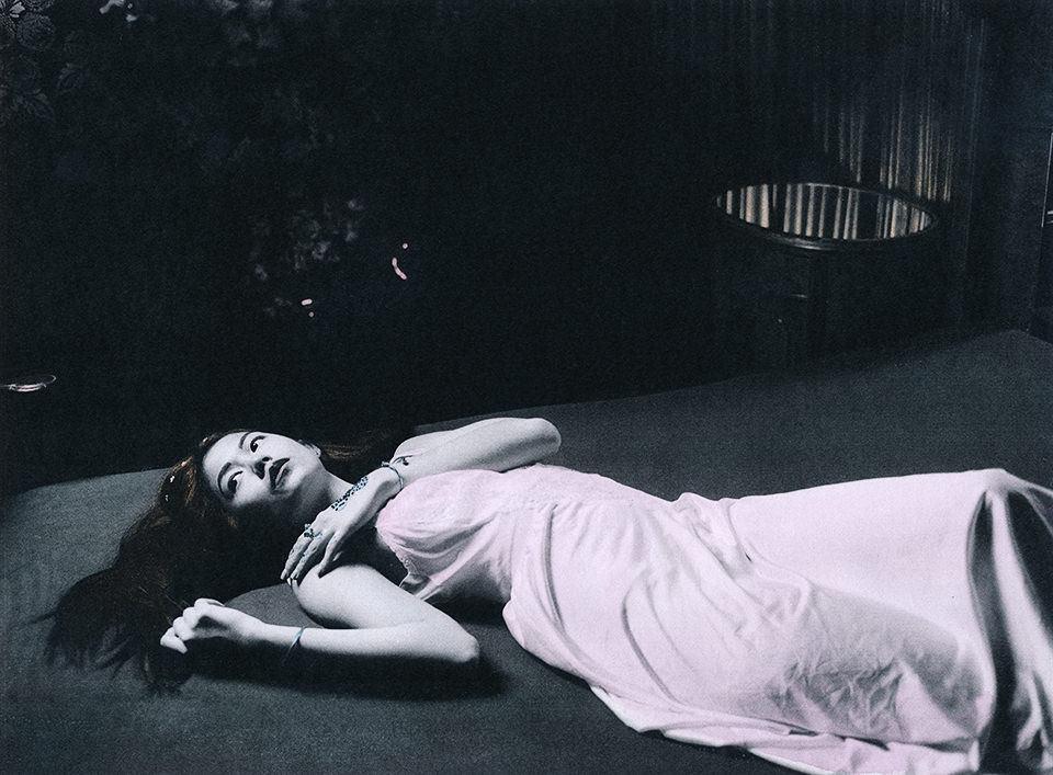 Eine Frau liegt auf dem Boden.