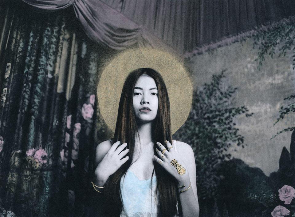 Eine Frau mit Heiligenschein.