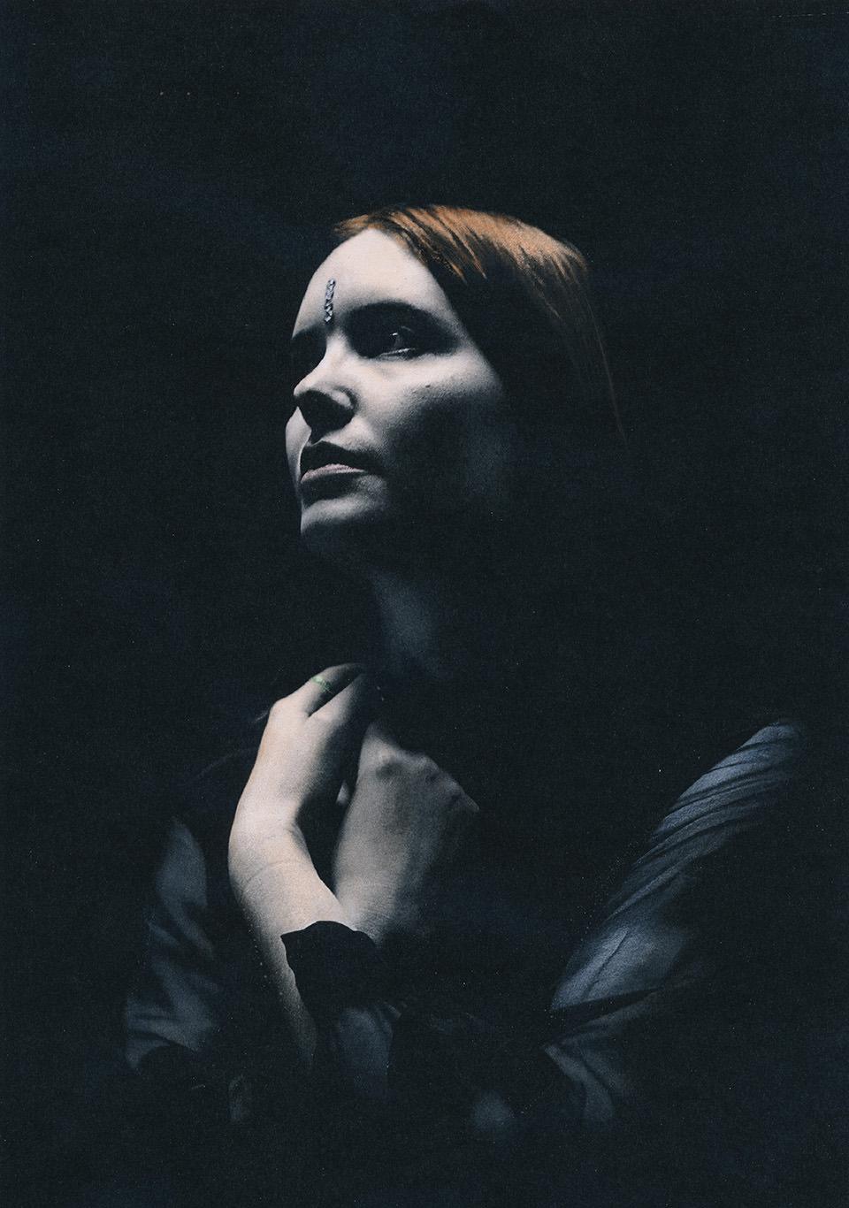 Wie In Marmor Geschlagen Kwerfeldein Magazin Fr Fotografie Klara Brow Studio 02 Dark Eine Frau Betet
