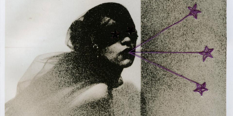 Zuschnitt eines abstrakten, mit einer Stickerei versehenen Portraits einer Frau.