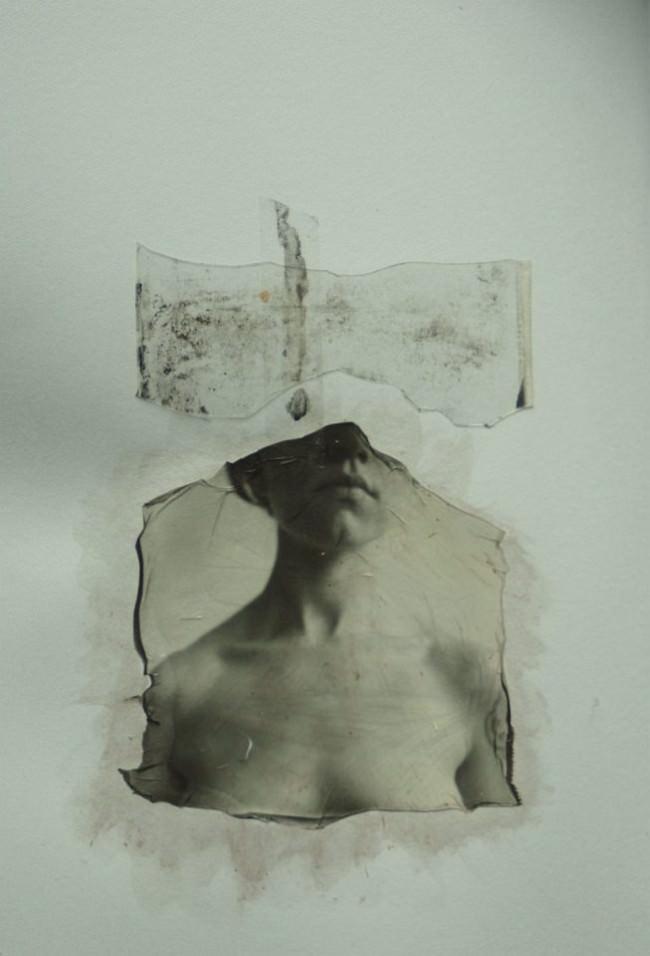 Das abstrakte Portrait einer Frau als Polaroid Emulsion Lift