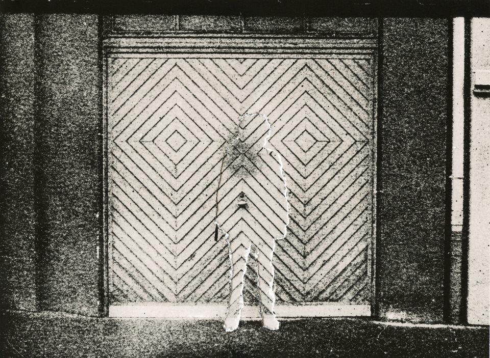 Die Silhoutte eines Mannes vor einer stark gemusterten Wand