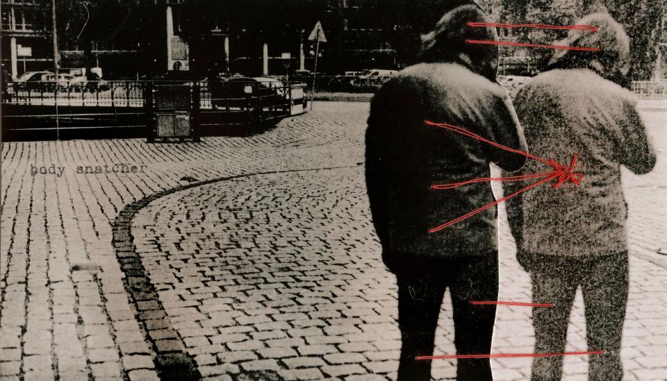 Zwei Männer stehen auf der Straße