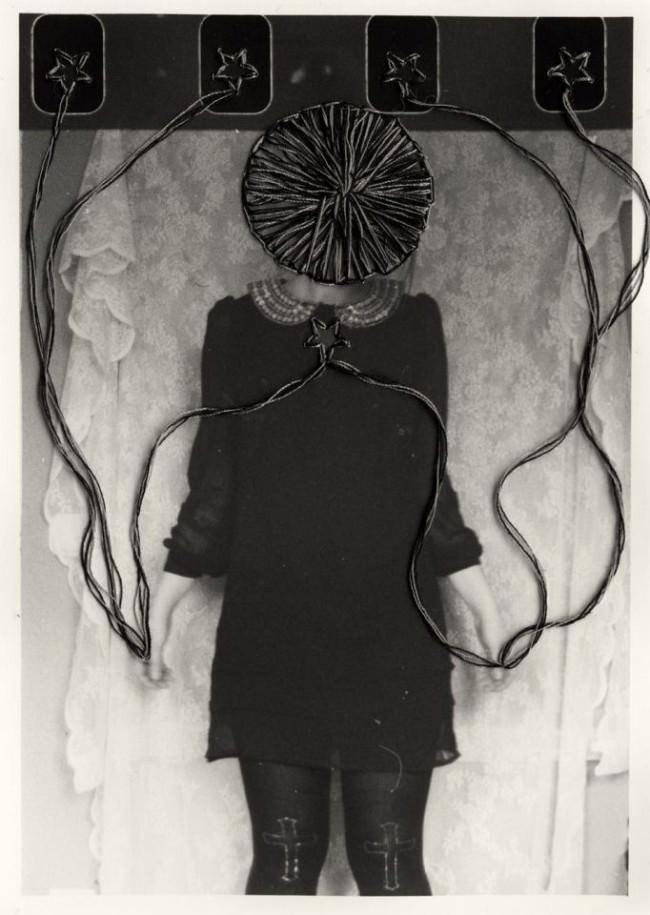 Das abstrakte, mit Fäden ergänzte Portrait einer Frau