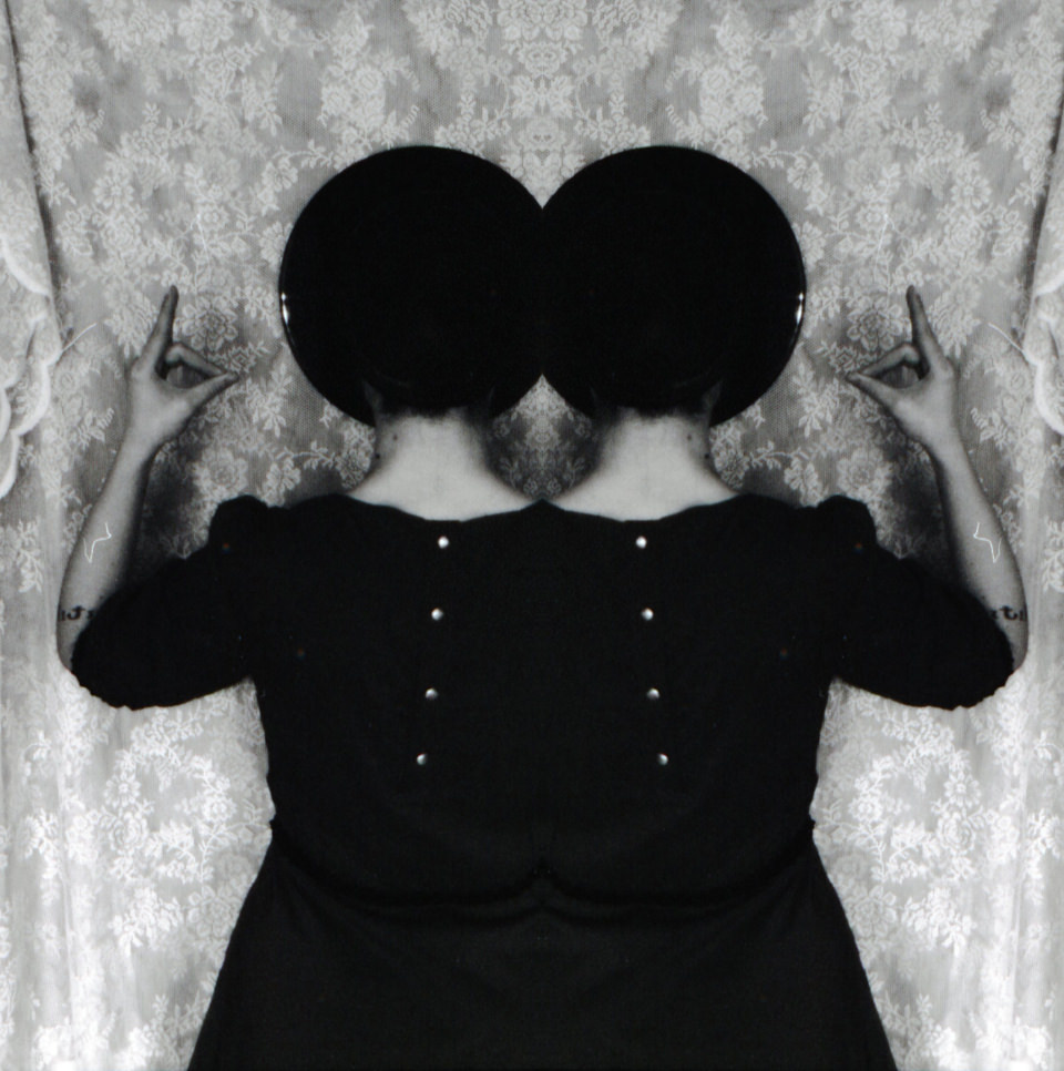 Ein Zwillingsbild vor einem geblühmten Tuch