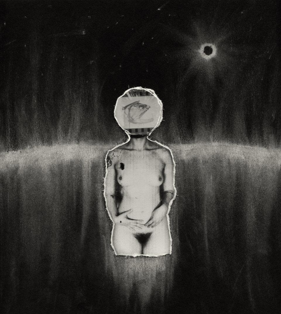Das abstrakte Portrait einer Frau im Weltall mit einer Aquarium als Kopf