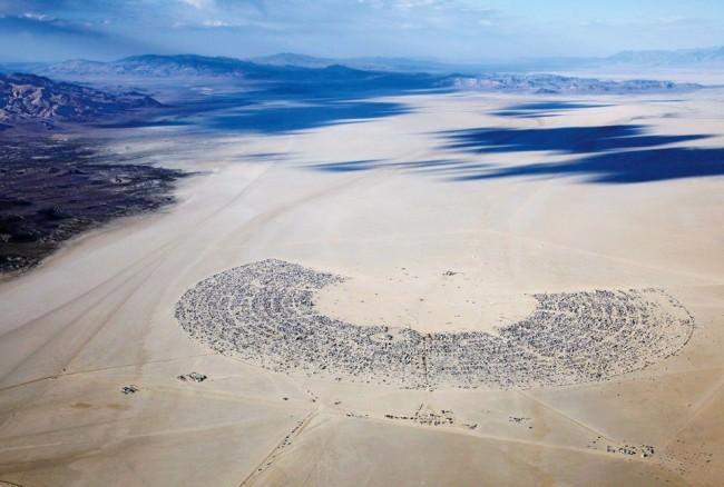 Luftbildaufnahme der temporären Stadt Black Rock City in der Wüste während des Burning Man Festivals.