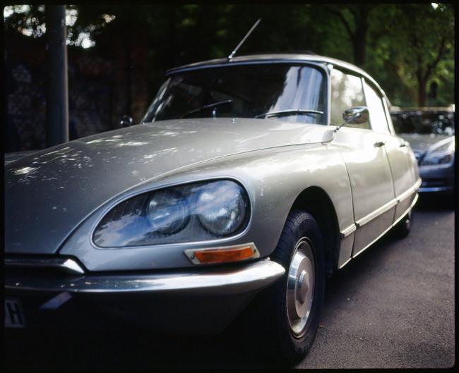 ein silbernglänzenes Auto