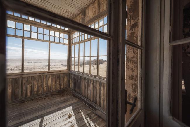 Verlassenes, leeres Haus in der Wüste.