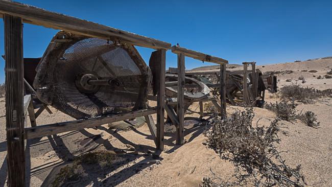 Verlassene Anlagen in einer Wüste.