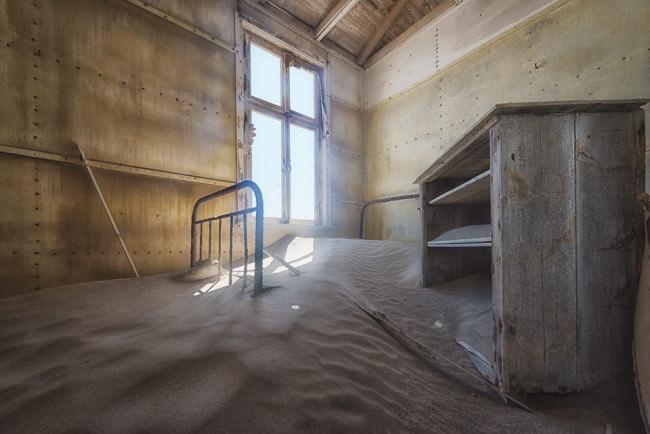 Mit Sand gefüllter Raum.