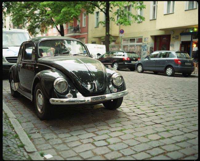 ein schwarzes Auto auf der Straße