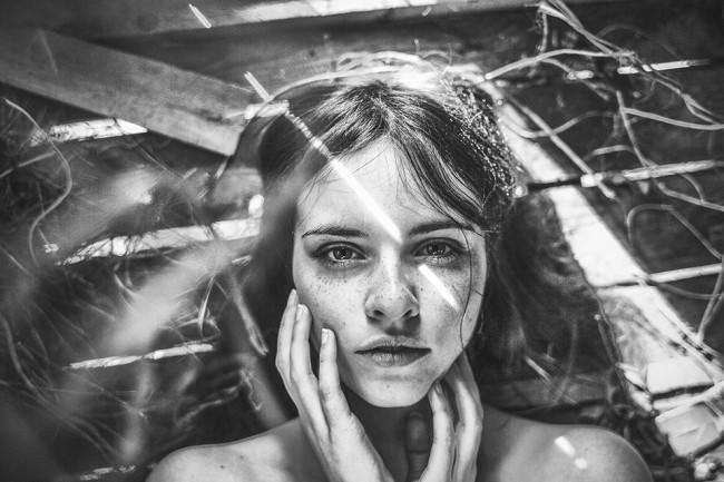 Schwarzweiß-Portrait einer Frau mit Lichtstreifen.