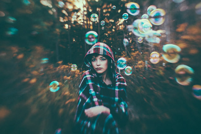 Frau zwischen Seifenblasen