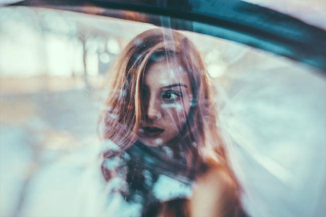 Eine Frau durch eine Autoscheibe fotografiert.
