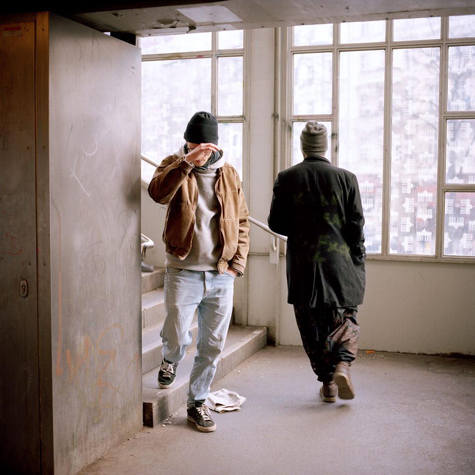 Zwei Männer laufen im Treppenhaus aneinander vorbei