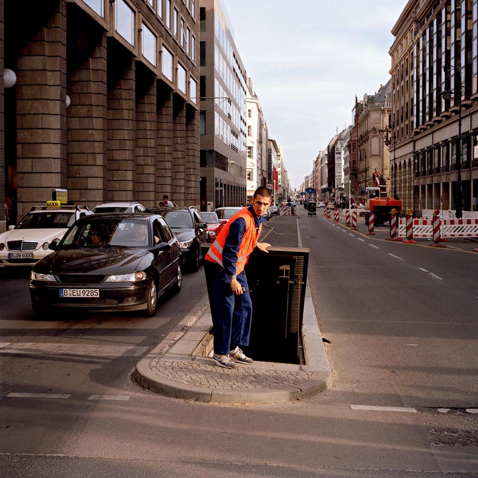 Ein Mann steht auf einer Verkehrsinsel