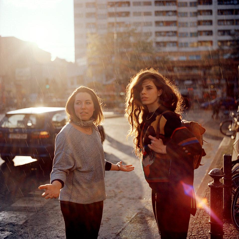 Zwei Frauen im Gegenlicht