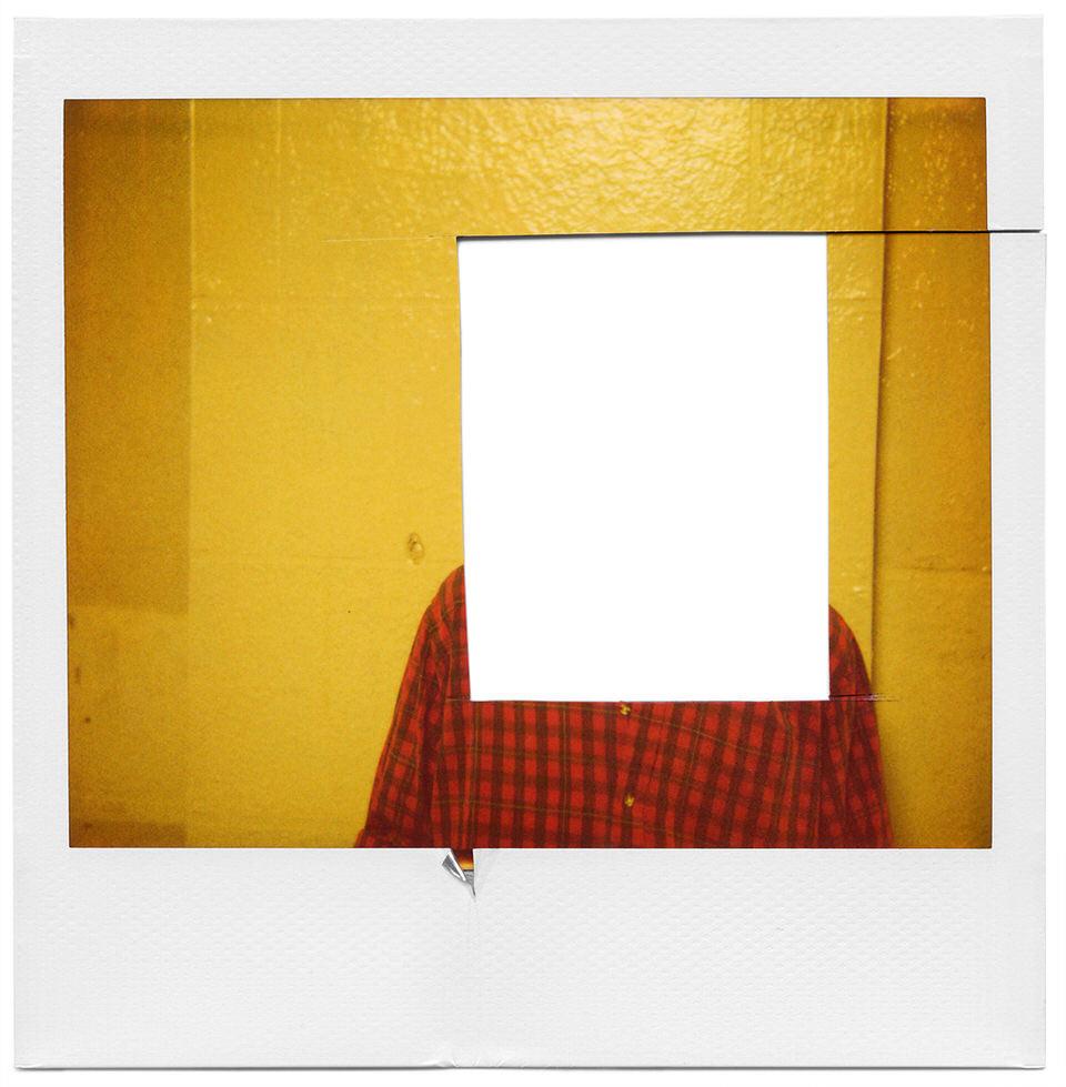 Ein Polaroid mit herausgeschnittenem Kopf