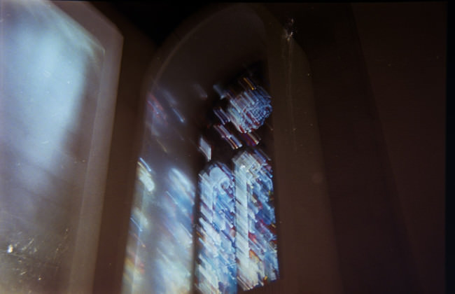 Verwischte Aufnahme eines bunten Kirchenfensters.