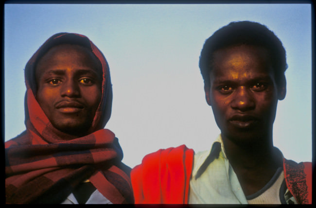 Zwei Männer schauen in die Kamera.