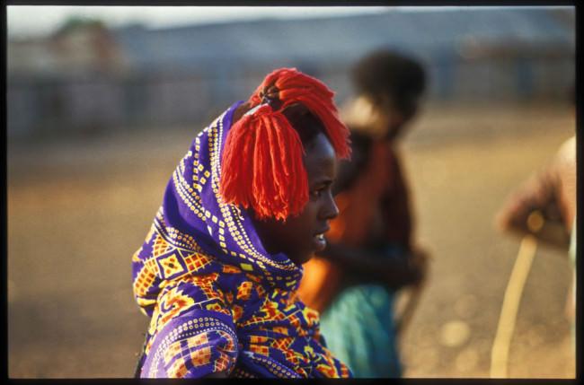 Eine Frau in bunter Tracht mit Kopfschmuck.