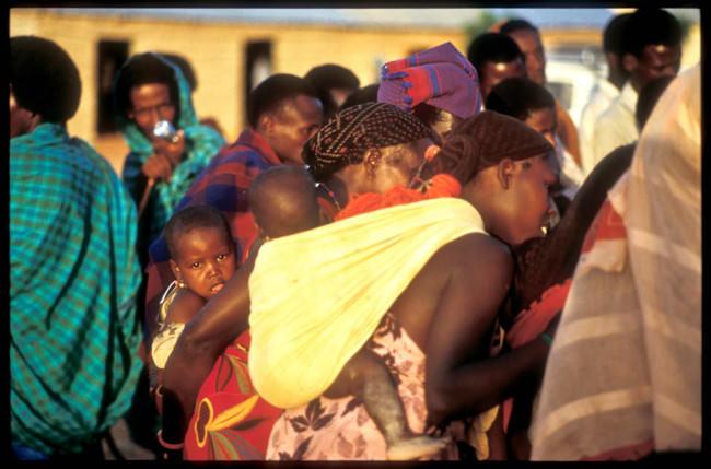 Frauen mit Kindern schauen wohin.