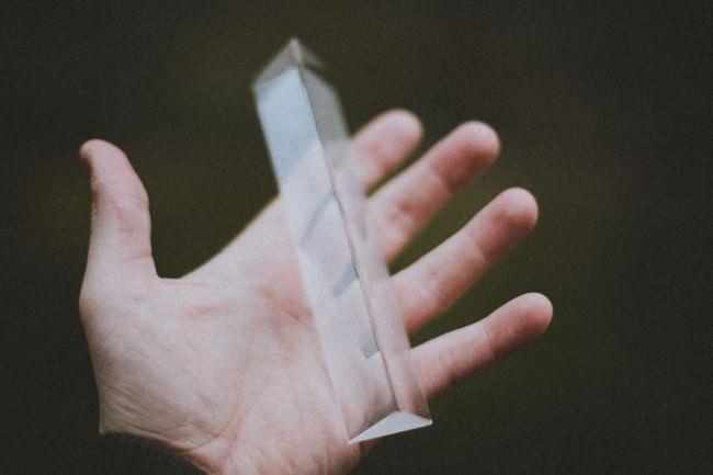 Glasprisma auf einer Hand
