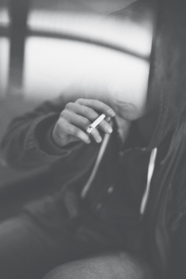 Eine Frau durch einen Lichtfleck anonymisiert