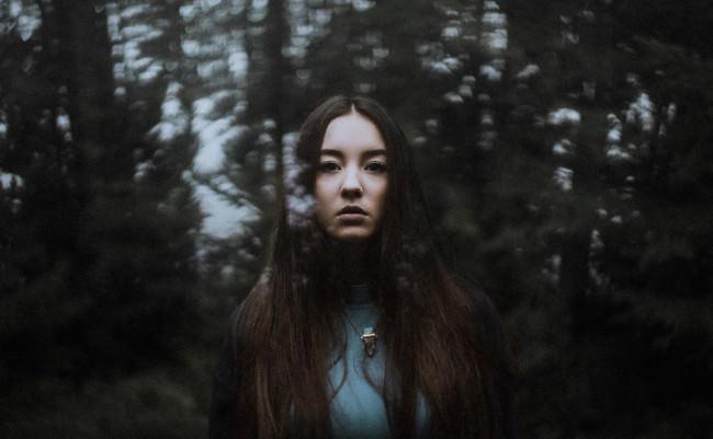 Eine Frau mit reflektierendem Wald.