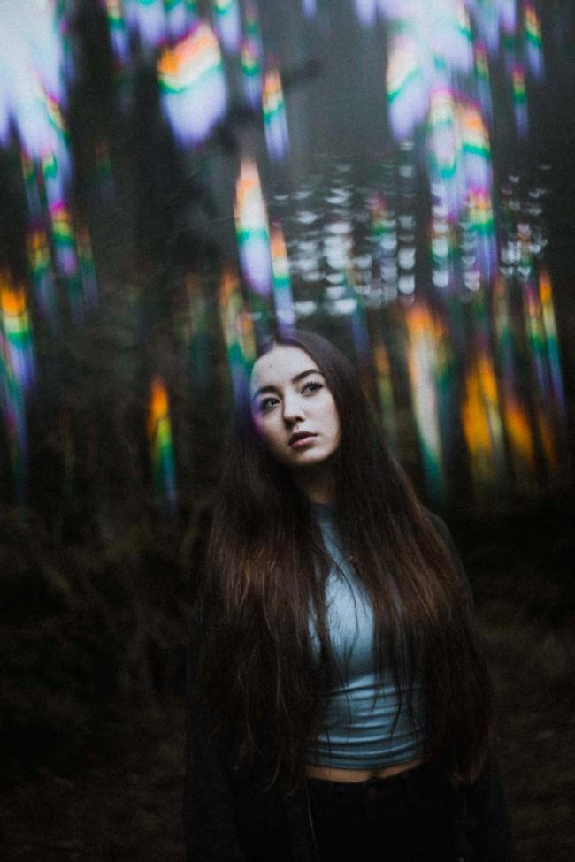 Eine Frau mit regenbodenfarbenen Störern