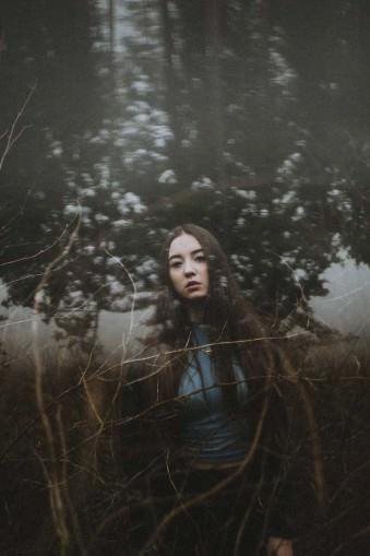 Eine Frau im Wald mit störenden Elementen