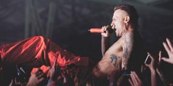 Sänger wird vom Publikum getragen.