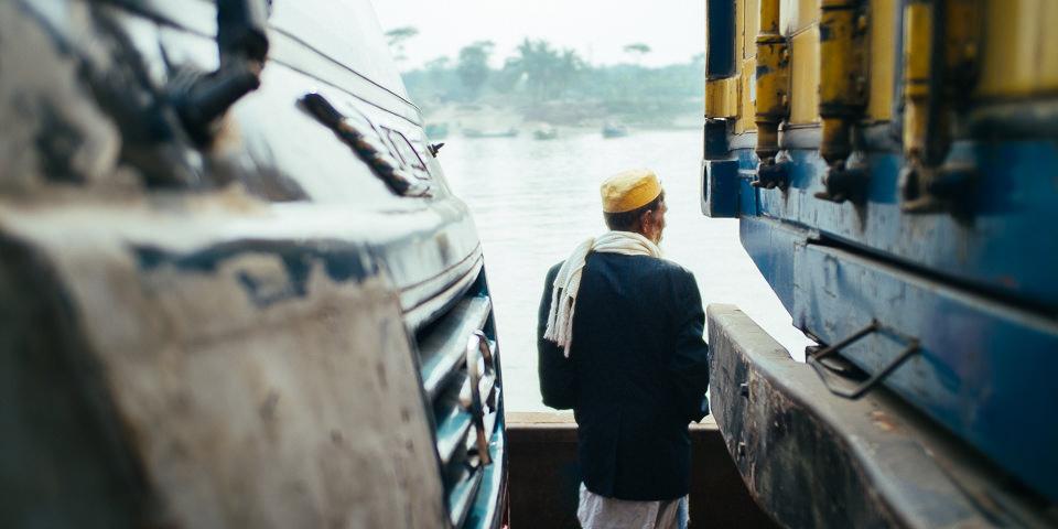 Ein Mann steht zwischen zwei Lastwagen