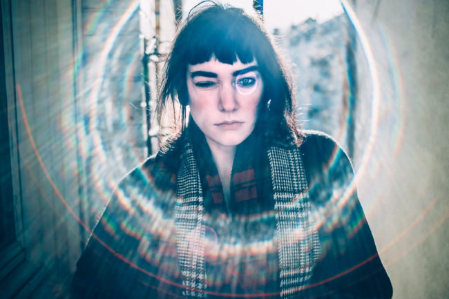 Portrait einer jungen Frau mit Blendenfleck