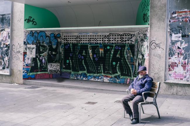 Ein alter Mann vor einem Graffiti