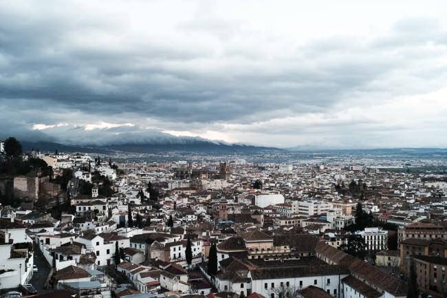 Granada unter Wolkenhimmel