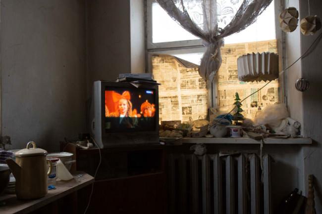 Ein Fernseher läuft vor abgeklebten Wänden