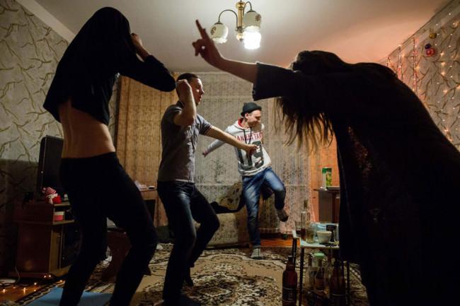 Menschen tanzen in einem Wohnzimmer