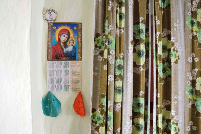 Ein Vorhand hängt neben einem Kalender